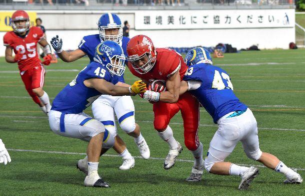日大(赤)と関学大(青)の第51回定期戦は、21―14で関学大が勝利。問題のタックルはこの試合であった=2018年5月6日、東京・アミノバイタルフィールド