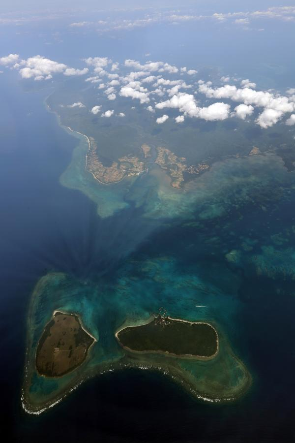 写真・図版 : 西表島。下は新城島=2018年4月20日、本社機から、堀英治撮影