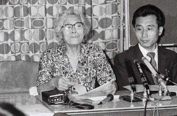 記者会見をする市川房枝さん1974年8月13日、東京都渋谷区代々木の婦連会館
