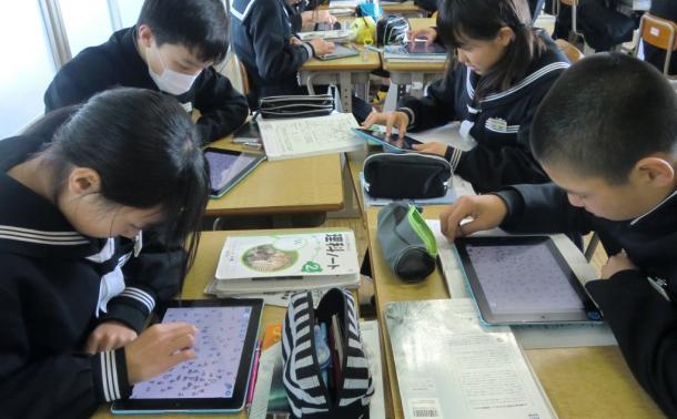 タブレットで学習する生徒たち。1台ごとにフィルタリングソフトが入っているという=三重県松阪市の三雲中学校