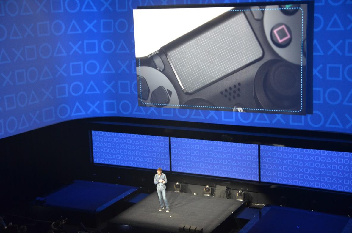 写真・図版 : ニューヨーク市内で開かれたプレイステーション4の発表会。指で画面を触って操作するタッチパッドも備わった=2013年2月20日