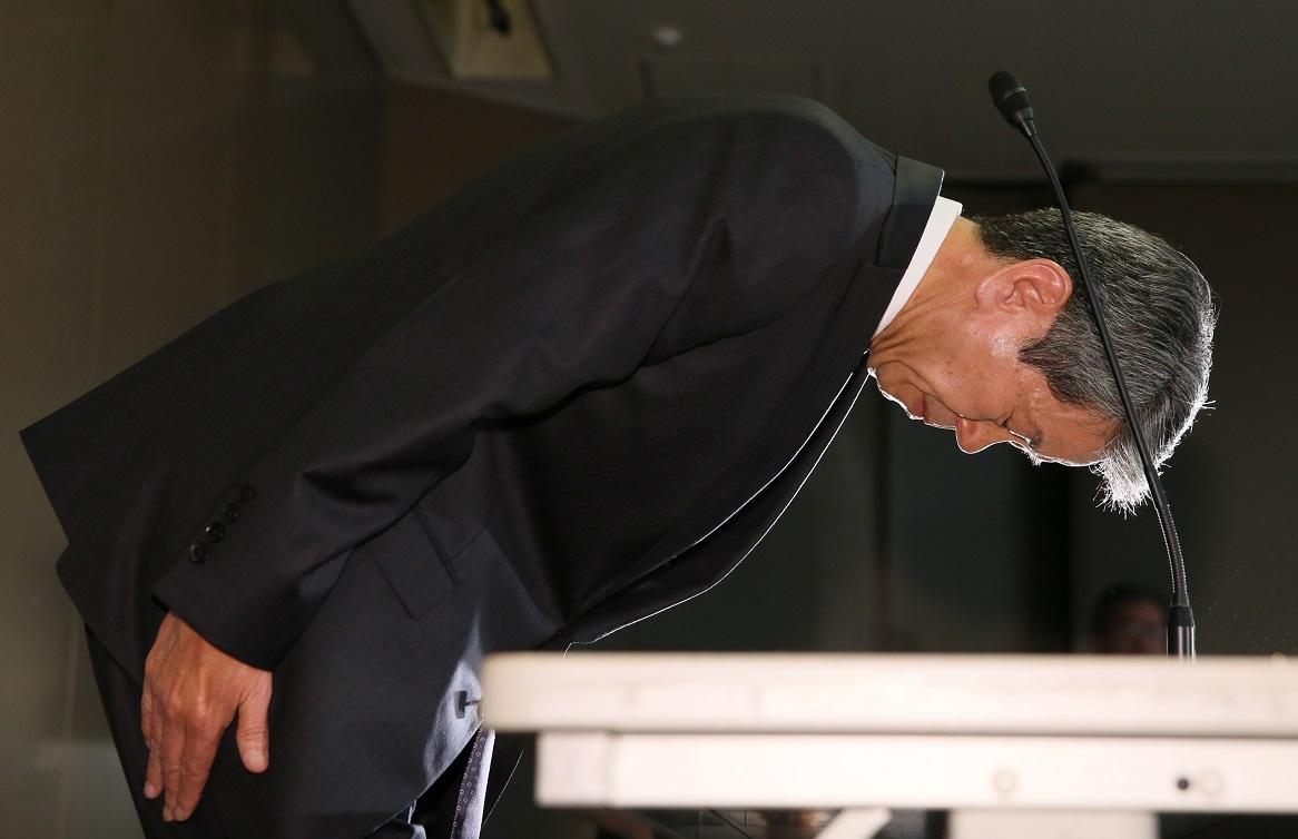 写真・図版 : 記者会見で頭を下げる東芝の田中久雄社長=2015年5月15日、東京・芝浦