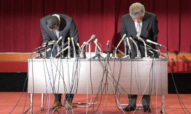 写真・図版 : 会見で謝罪する日大アメフト部の内田正人・前監督(右)と井上奨コーチ=2018年5月23日