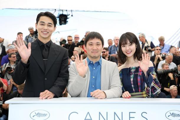 写真・図版 : コンペに出品された『寝ても覚めても』の濱口竜介監督(中央)と主演の東出昌大さん(左)、唐田えりかさん (C) Kazuko WAKAYAMA