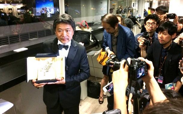 パルムドール受賞後、記者に囲まれる是枝監督