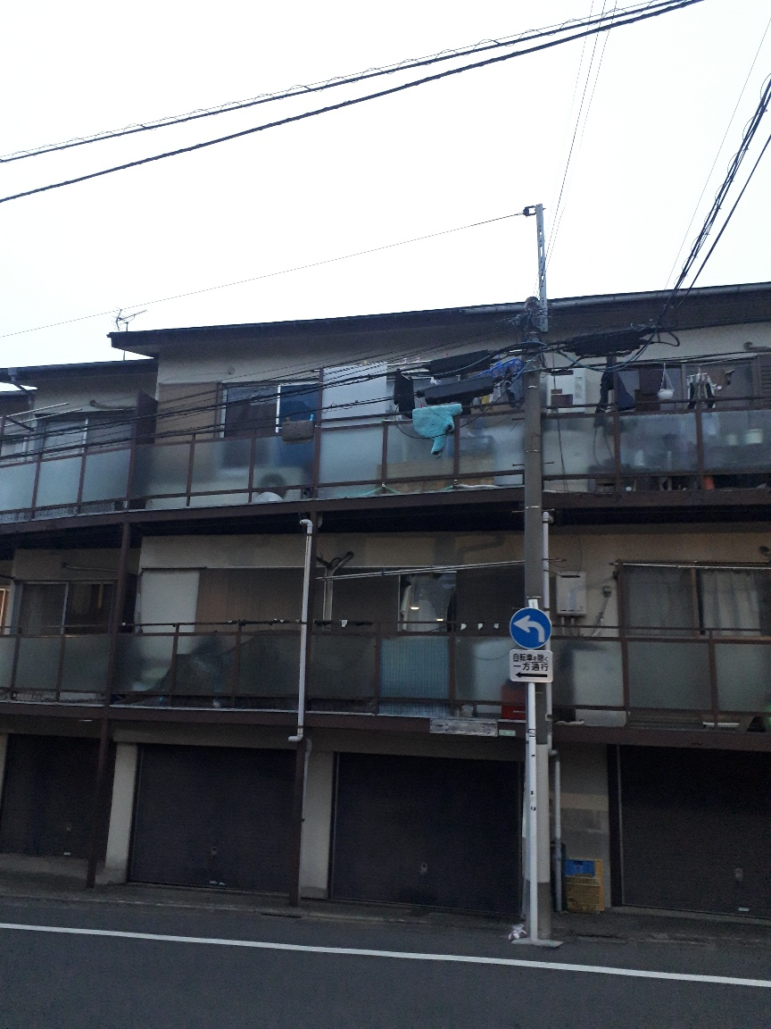 写真・図版 : 5つの女の子が虐待を受けていたとみられる自宅アパート=東京都目黒区、2018年3月3日