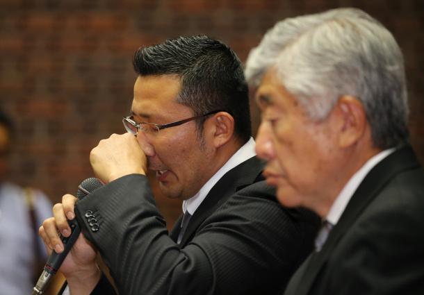 写真・図版 : 日大アメフト部の内田正人・前監督(右)も井上奨コーチも謝ったのだが…