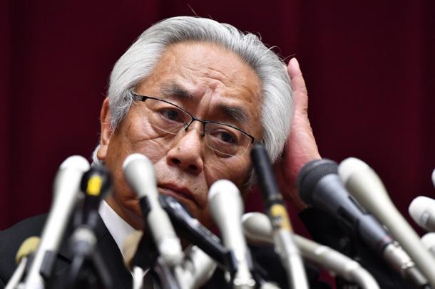 写真・図版 : いかにも不機嫌そうに見えてしまった大塚吉兵衛学長