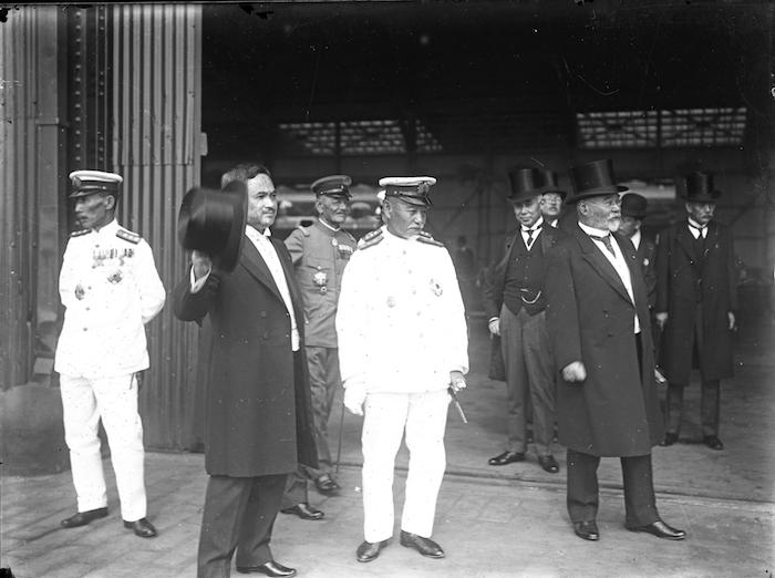 写真・図版 : 1921年、訪欧から帰国した皇太子(東宮時代の昭和天皇)を出迎える原敬内閣の閣僚。左から加藤友三郎海相、内田康哉外相、一人おいて東郷平八郎元帥、原敬首相、高橋是清蔵相ら