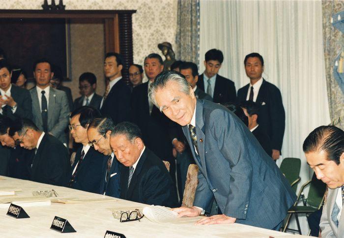 写真・図版 : 1994年7月、首相官邸で開かれた事務次官会議に臨む村山富市首相。その左側に、官僚のトップである石原信雄官房副長官(事務)が座る