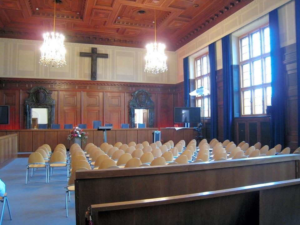 写真・図版 : ニュルンベルク裁判が開かれた600号法廷=2010年11月20日、ドイツ南部ニュルンベルク