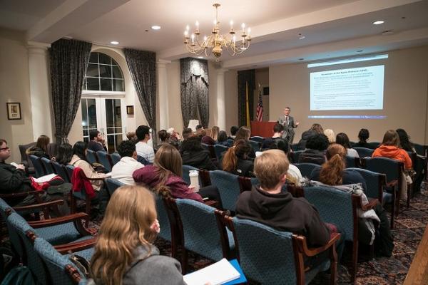 写真・図版 : 今年2月に一般向けに開かれた環境問題に関する講演