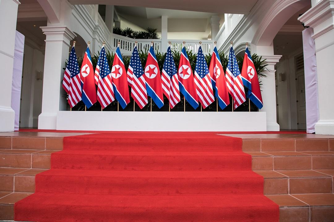 写真・図版 : トランプ米大統領と北朝鮮の金正恩朝鮮労働党委員長が初対面して握手したカペラホテルの一角=シンガポール