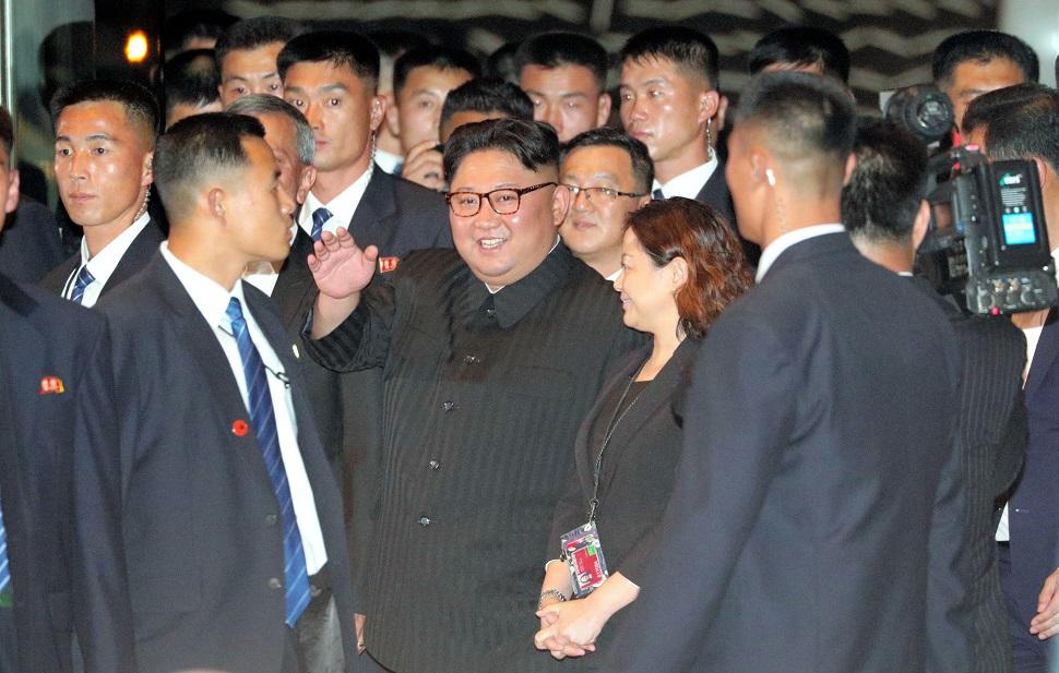 写真・図版 : リゾート施設「マリーナ・ベイ・サンズ」に入る北朝鮮の金正恩朝鮮労働党委員長=2018年6月11日、シンガポール
