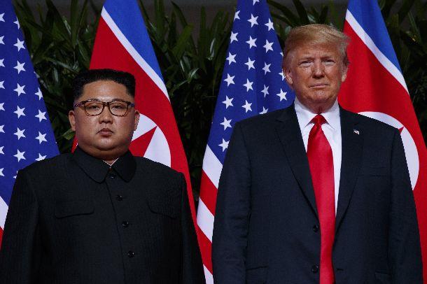 初めて顔を会わせたトランプ米大統領と金正恩朝鮮労働党委員長=2018年6月13日、シンガポール(AP)
