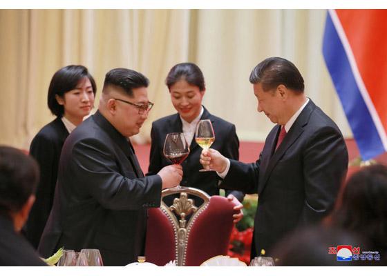 写真・図版 : 中国・大連を訪れた金正恩朝鮮労働党委員長と乾杯する中国の習近平国家主席=労働新聞ホームページから