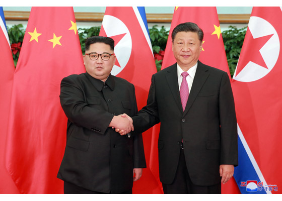 写真・図版 : 中国・大連を訪れた金正恩朝鮮労働党委員長と握手する中国の習近平国家主席=労働新聞ホームページから