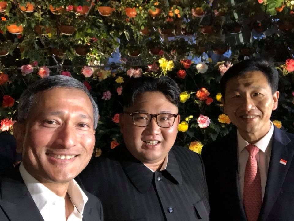 写真・図版 : シンガポールの植物園でバラクリシュナン外相(左)、オン教育相(右)と記念撮影をする金正恩朝鮮労働党委員長=2018年6月11日、バラクリシュナン氏のツイッターから