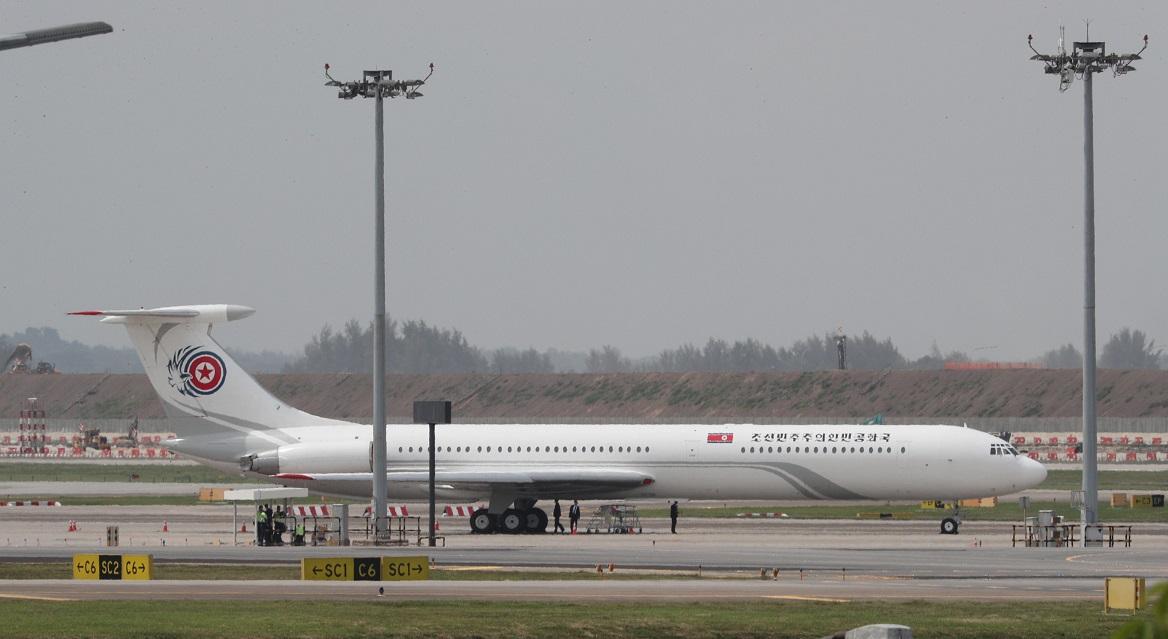 写真・図版 : シンガポール・チャンギ空港に駐機する北朝鮮の金正恩朝鮮労働党委員長専用機。金委員長はこの専用機に乗ってこなかった=2018年6月12日