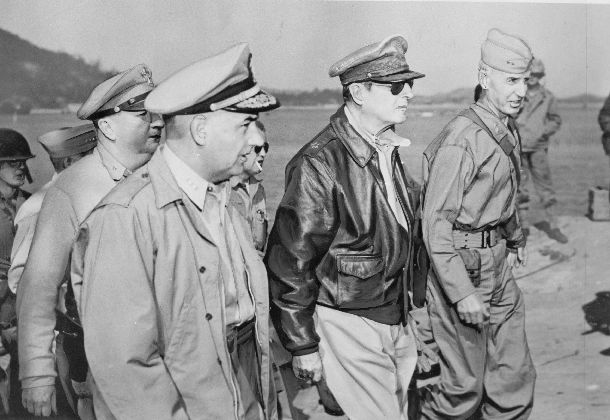 写真・図版 : 朝鮮戦争で韓国・仁川地区の港湾施設を視察するマッカーサー将軍