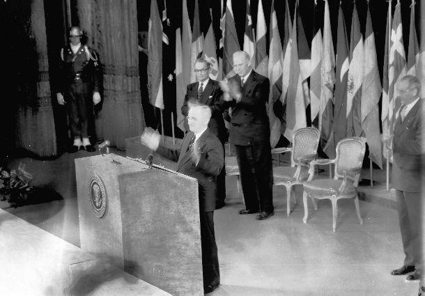 写真・図版 : サンフランシスコ対日講和会議の開会式で演説するトルーマン・アメリカ大統領。1951年9月4日。オペラハウス