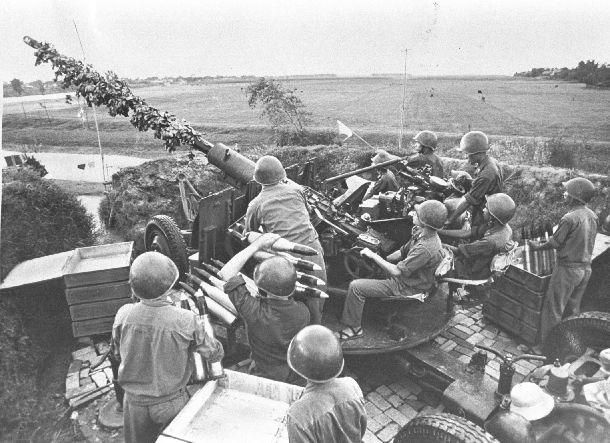 写真・図版 : ベトナム戦争で北ベトナム首都ハノイ郊外にあった高射砲陣地。