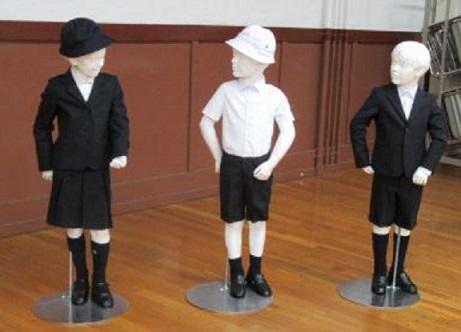 写真・図版 : 東京・銀座の公立小学校が「制服」として導入を明らかにした高級ブランド「アルマーニ」の標準服=泰明小提供