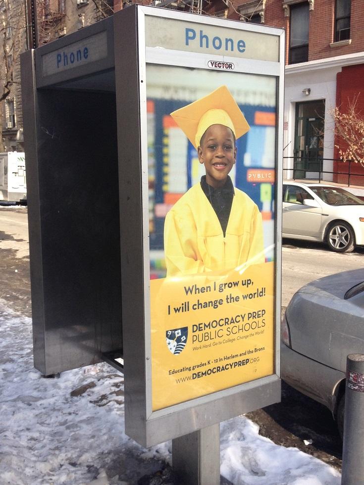 写真・図版 : 生徒数拡大を狙う公設民営学校の宣伝は公衆電話にも=米ニューヨーク、2015年2月(著者撮影)