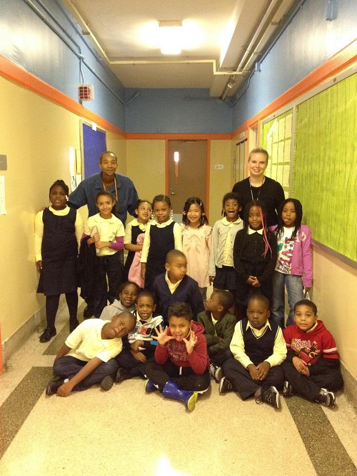 写真・図版 : 筆者の次女のクラス写真。学校の廊下にて。次女(後列、中央)を除き、他は皆アフリカ系とラテン系アメリカ人の子どもたちだ=2016年6月、米ニューヨーク(筆者撮影)