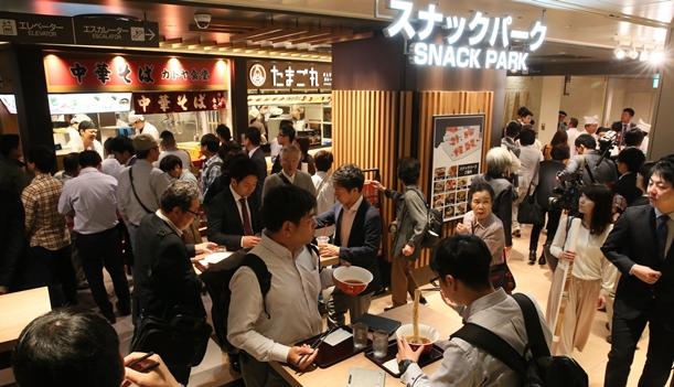 リニューアルオープンした阪神百貨店梅田本店の「スナックパーク」=2018年6月1日、大阪市北区