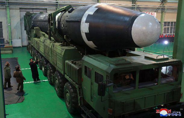 昨年11月に試射が行われた大陸間弾道ミサイル(ICBM)と発射台車両を視察する金正恩朝鮮労働党委員長
