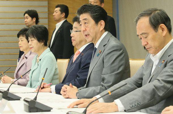 児童虐待防止対策に関する関係閣僚会議であいさつする安倍晋三首相(右から2人目)=2018年6月15日