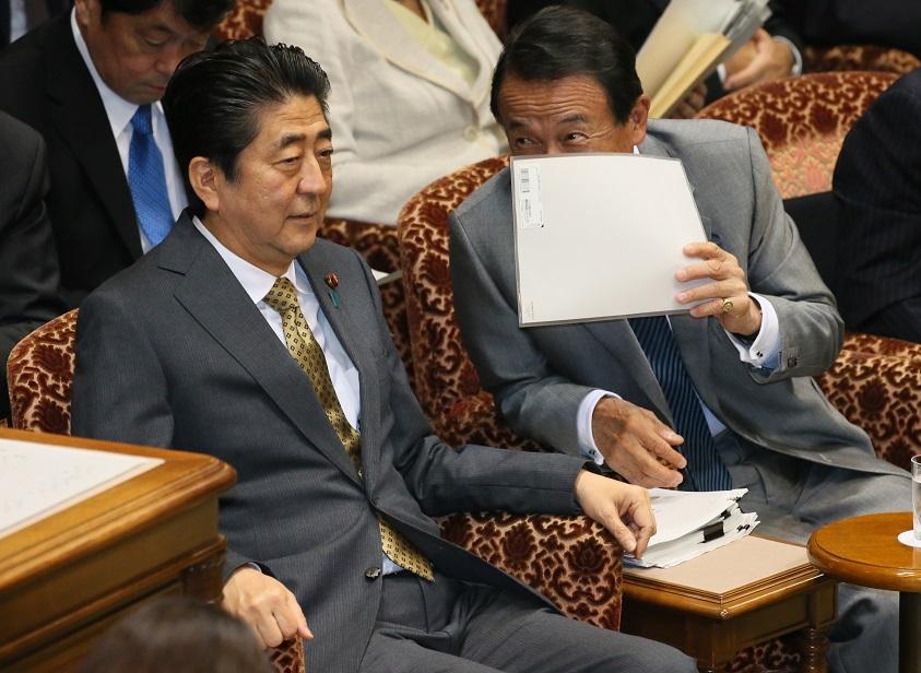 写真・図版 : 安倍晋三首相と麻生太郎財務相=2018年6月18日、参院決算委