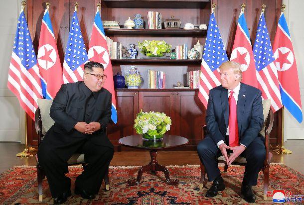 シンガポールで6月12日に会談するトランプ米大統領(右)と北朝鮮の金正恩朝鮮労働党委員長。朝鮮中央通信が13日に配信した