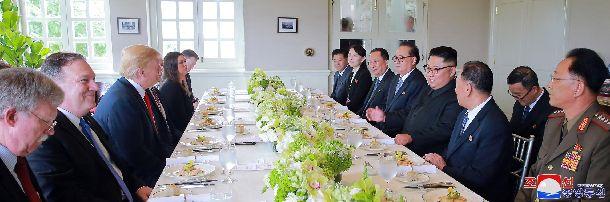 トランプ米大統領(左側手前から3人目)との昼食会(6月12日)で発言する北朝鮮の金正恩朝鮮労働党委員長(右から4人目)。朝鮮中央通信が6月13日に配信した=朝鮮通信