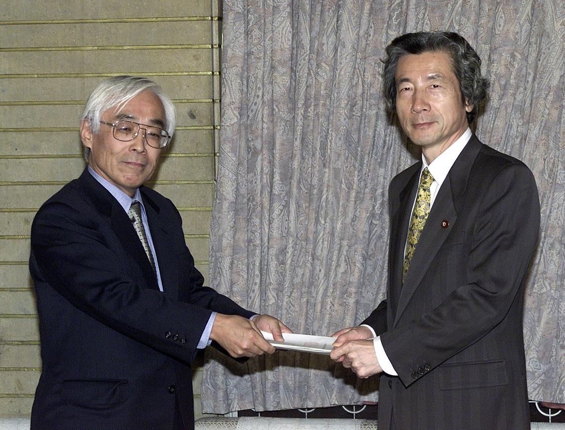 写真・図版 : 小泉純一郎首相に答申を渡す石弘光・政府税調会長(左)=2001年12月14日、首相官邸