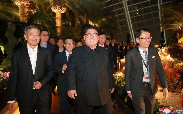 シンガポールで6月11日、植物園「ガーデンズ・バイ・ザ・ベイ」を視察する金正恩朝鮮労働党委員長(中央)。朝鮮中央通信が配信した=朝鮮通信