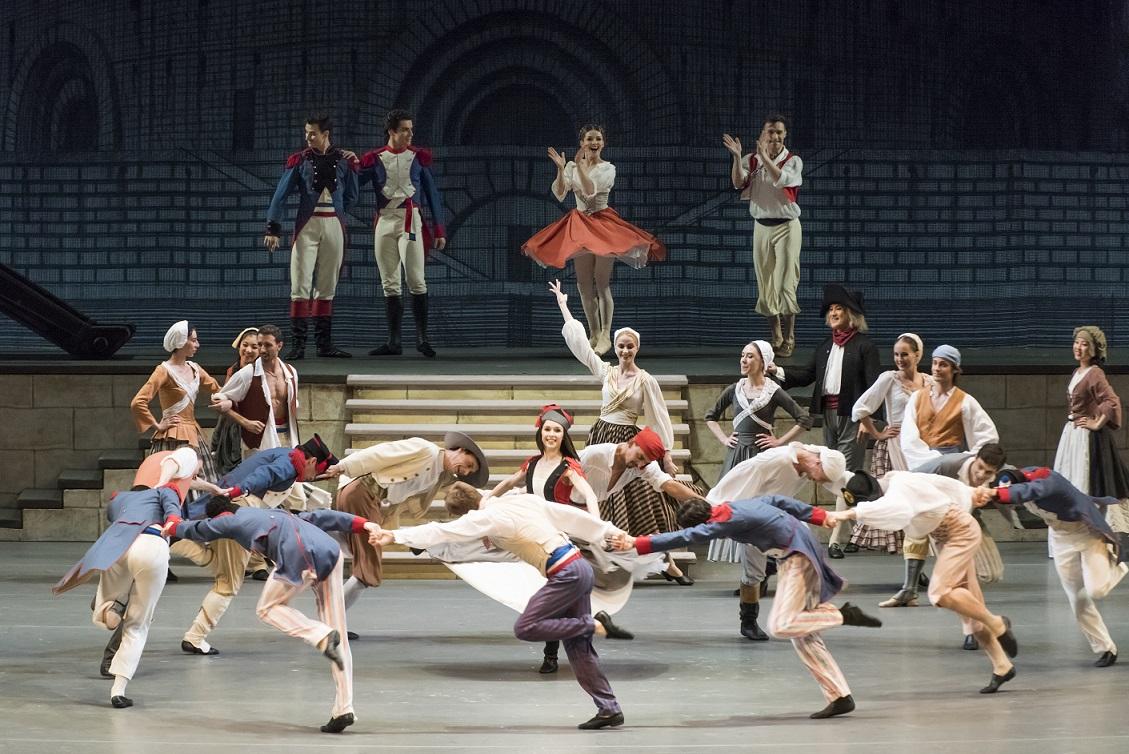 写真・図版 : フランス革命を題材にしたボリショイ・バレエ団の「パリの炎」=2017年6月10日、大津市のびわ湖ホール
