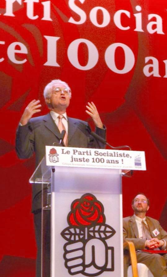写真・図版 : 仏社会党結党100年の記念討論会で熱弁を振るうジョスパン元首相=2005年4月23日、パリの国立図書館で