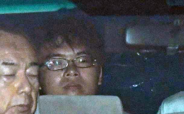 小田原署から移送される小島一朗容疑者=6月10日午前4時46分、神奈川県小田原市