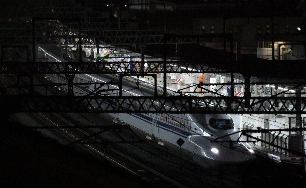 JR小田原駅に停車した新幹線=6月10日午前0時18分、神奈川県小田原市