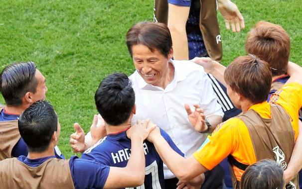 コロンビア戦に勝利し、喜ぶ西野朗監督と日本の選手たち=2018年6月19日、ロシア・サランスク