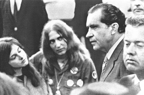写真・図版 : ワシントンでおこなわれた反ベトナム戦争集会で学生たちと対話を試みるニクソン米大統領(左から3人目)=1970年5月9日