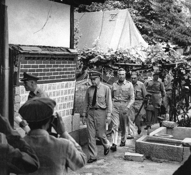 写真・図版 : 1951年7月に開城(ケソン)で朝鮮戦争の休戦会談が始まった(休戦協定調印は1953年7月27日)。写真は会談に臨む国連軍側の代表団