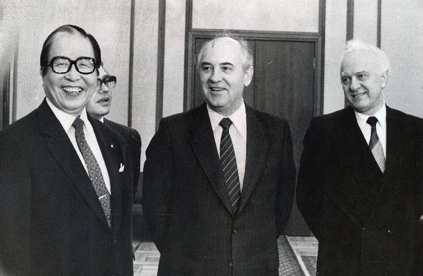 訪ソした宇野宗佑外相(左)を迎えたミハイル・ゴルバチョフ書記長(中央)とエドゥアルド・シェワルナゼ外相=1989年5月5日