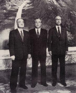 北朝鮮を訪問した自民、社会両党の代表団団長、金丸信元副総理(左)、田辺誠社会党副委員長(右)は妙香山で金日成主席(中央)と会談、記念撮影に納まった=1990年9月26日