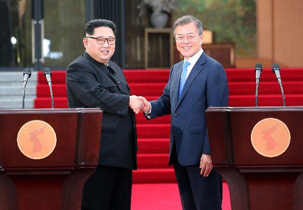 板門店で板門店宣言について発表し、握手を交わす北朝鮮の金正恩委員長(左)と韓国の文在寅大統領=2018年4月27日