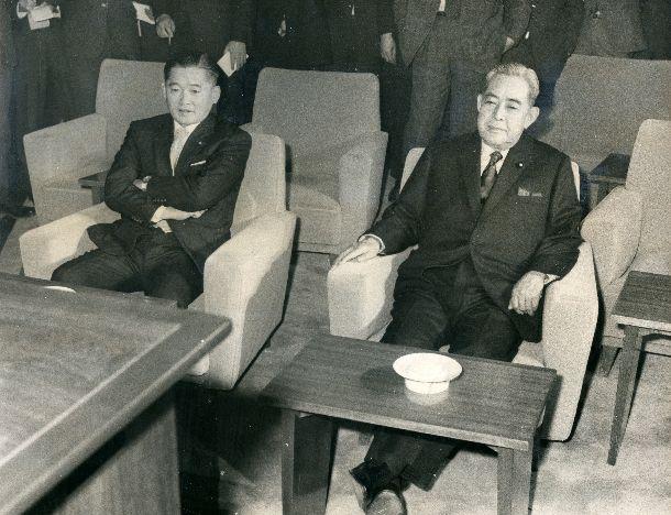 佐藤栄作首相は竹下登官房長官とニクソン訪中のテレビ中継を終始無言でくい入るように見守った=1972年2月21日、首相官邸