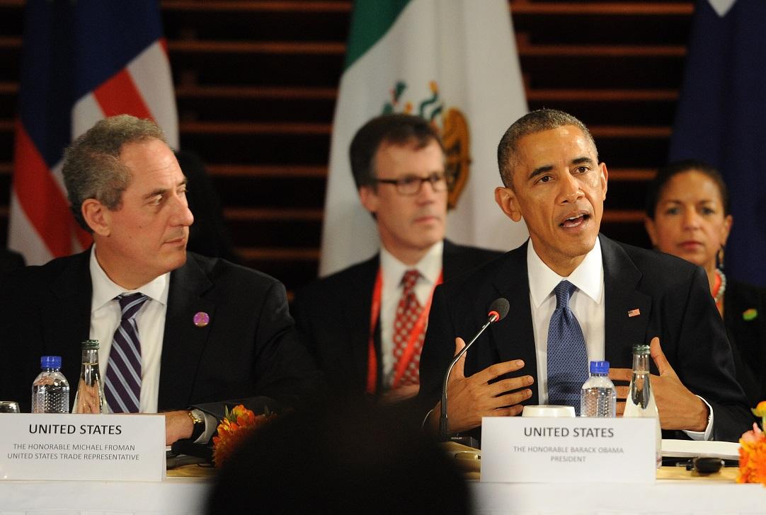 写真・図版 : TPP首脳会合で発言する米国のオバマ大統領(右)と米通商代表部(USTR)のフロマン代表(左)=2014年11月、北京の米国大使館