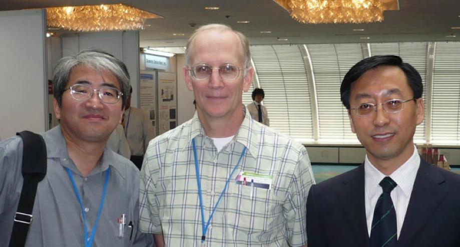 写真・図版 : 中国科学院の張傑氏(右)、米国リバモア研究所のBruce Remington氏(中)、筆者